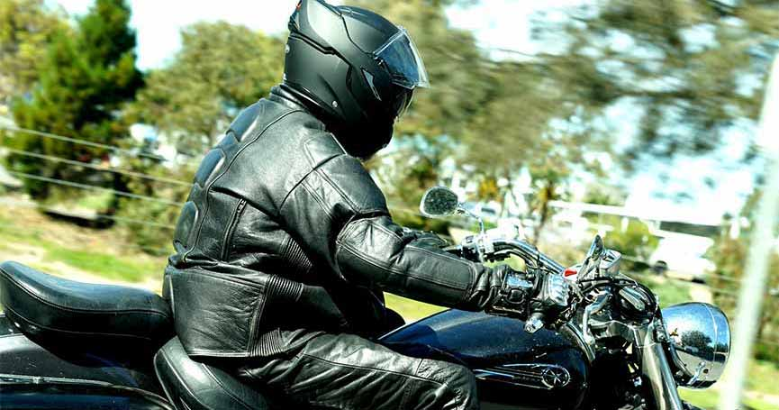 lederkombi reinigen so pflegen sie ihre motorradkleidung richtig helmexpress magazin. Black Bedroom Furniture Sets. Home Design Ideas